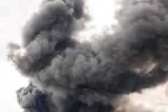 Een dikke en donkere rook die de straat van een stad overstromen Royalty-vrije Stock Foto