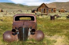 Een dilapidated auto in Bodie State Historic Park, CA royalty-vrije stock fotografie