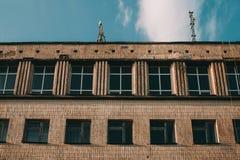 Een dilapidated flatgebouw, die in vreselijke voorwaarde huisvesten Oude houten balkons, kaders, slechte ruimten stock fotografie