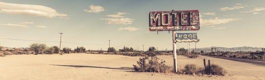 Een dilapidated, uitstekend motelteken in de woestijn van Arizona stock afbeelding