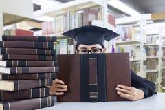 Een diploma behalend studentenmeisje in een academische toga Royalty-vrije Stock Foto
