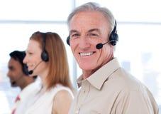 Een diverse commerciële groep die in een call centre werkt Stock Fotografie