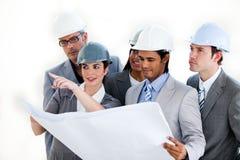 Een diverse groep architecten die een plan bestuderen Royalty-vrije Stock Afbeelding