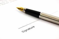 Een document en een pen Stock Foto's