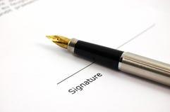 Een document en een pen Stock Afbeelding