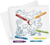 Een document met de verschillende overzeese schepselen en de kleurpotloden Stock Foto