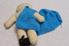 Een doekpop, maakt de kleding van wol Stock Afbeeldingen