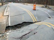 Een doen ineenstorten asfaltweg Stock Foto