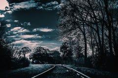 Een donker en griezelig spoorwegspoor Dit zal voor verschrikking, en griezelige projecten goed zijn stock foto's