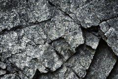 Een donker gebarsten stuk van graniet Royalty-vrije Stock Afbeeldingen