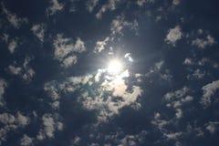 Een donkerblauwe hemel van de zomer sunsets en de zon met hen Royalty-vrije Stock Foto