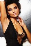 Een donkerbruin sexy meisje op bank royalty-vrije stock fotografie