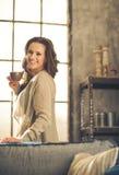 Een donkerbruine vrouw in een zolderwoonkamer Royalty-vrije Stock Foto's