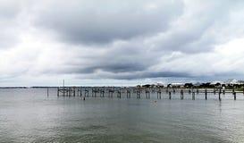 Een Donkere Dag op het Water Stock Foto's