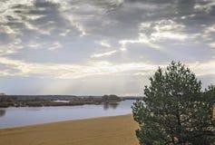 Een donkere de herfstochtend op de rivier Stock Foto