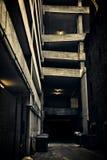 Een donkere en angstaanjagende de stadssteeg van Chicago bij nacht Stock Afbeeldingen