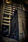 Een donkere en angstaanjagende de stadssteeg van Chicago met een stedelijke parkerenstructuur Royalty-vrije Stock Foto