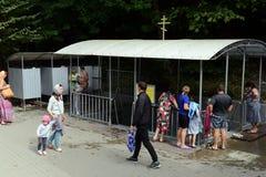 Een doopvont bij de bron` Heilige Hand ` in naam van St John Doopsgezinde dichtbijgelegen Krymsk Stock Foto