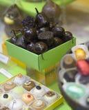 Een doos chocoladefruit. Royalty-vrije Stock Afbeeldingen