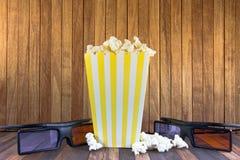 Een doos popcorn en 3D glazen royalty-vrije stock fotografie