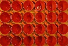 Een Doos van Bruine Oranje Mokken met Hoogste Mening royalty-vrije stock fotografie