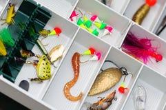 Een doos van de vissersuitrusting met lokmiddelen en toestel. Stock Foto
