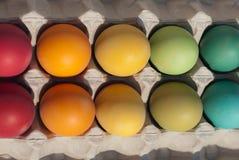 Een doos van geverfte eieren met pluis Royalty-vrije Stock Foto