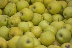 Een doos van groene appelen stock afbeeldingen