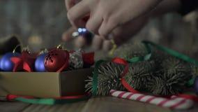 Een doos van Kerstmisdecoratie stock footage