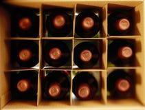 Een doos van rode die wijnflessen hierboven worden geschoten van stock afbeelding