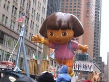 Een Dora de Ontdekkingsreizigerballon bij de Thanksgiving dayparade van Macy Stock Foto's
