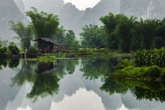 Een Dorp in Bamboebos, in Guangxi, China Stock Fotografie