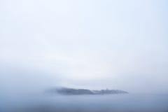 Een dorp komt uit een overzees van wolken te voorschijn Royalty-vrije Stock Afbeeldingen