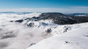 Een dorp op de rand van een berg met sneeuw wordt behandeld die royalty-vrije stock foto's