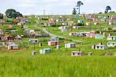 Een dorp van de helder gekleurde Huizen van Mandela in Zulu Village, Zoeloeland, Zuid-Afrika stock afbeelding