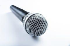 Een draadloze microfoon die op een witte geïsoleerde achtergrond liggen, stock afbeelding