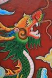 Een draak verfraait een pijler in een boeddhistische tempel in Hoi An (Vietnam) Stock Afbeelding
