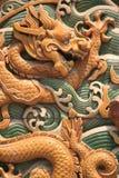 Een draak werd gebeeldhouwd op een muur in een park in Peking (China) Royalty-vrije Stock Foto