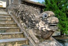Een draakontwerp die een balustrade in Khai Dinh Tomb, Tint vormen Royalty-vrije Stock Afbeeldingen