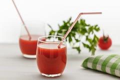 Een drank van rode kleur in het glas, en peterselie op een witte backgr Royalty-vrije Stock Foto