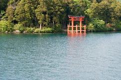 Een drijvende Torii-poort op een Meer Ashi royalty-vrije stock afbeelding