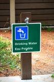 Een drinkbaar waterteken in zowel het Engels als het Frans stock afbeelding