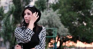 Een droevig meisje kijkt rond met angst terwijl het wachten op somebody stock video