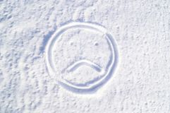Een droevige emodji in de sneeuw droefheid stock foto's