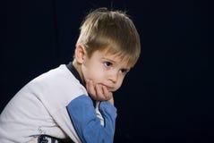 Een droevige kleine jongen Stock Foto's