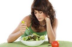 Een droevige tiener die salade eet Stock Afbeeldingen
