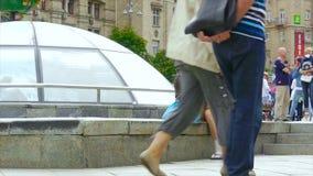 Een dronken dakloze vrouw zit op de omhoog gekrulde straat, stock footage