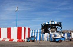 Een droogdok met een boot achter de rode, witte en blauwe omheining stock foto