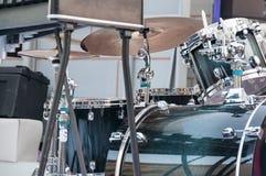 Een drumstel, een muzikaal instrument, bevindt zich op het stadium in de straat Royalty-vrije Stock Fotografie
