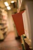 Een duidelijk boek in een boekenrek Stock Fotografie